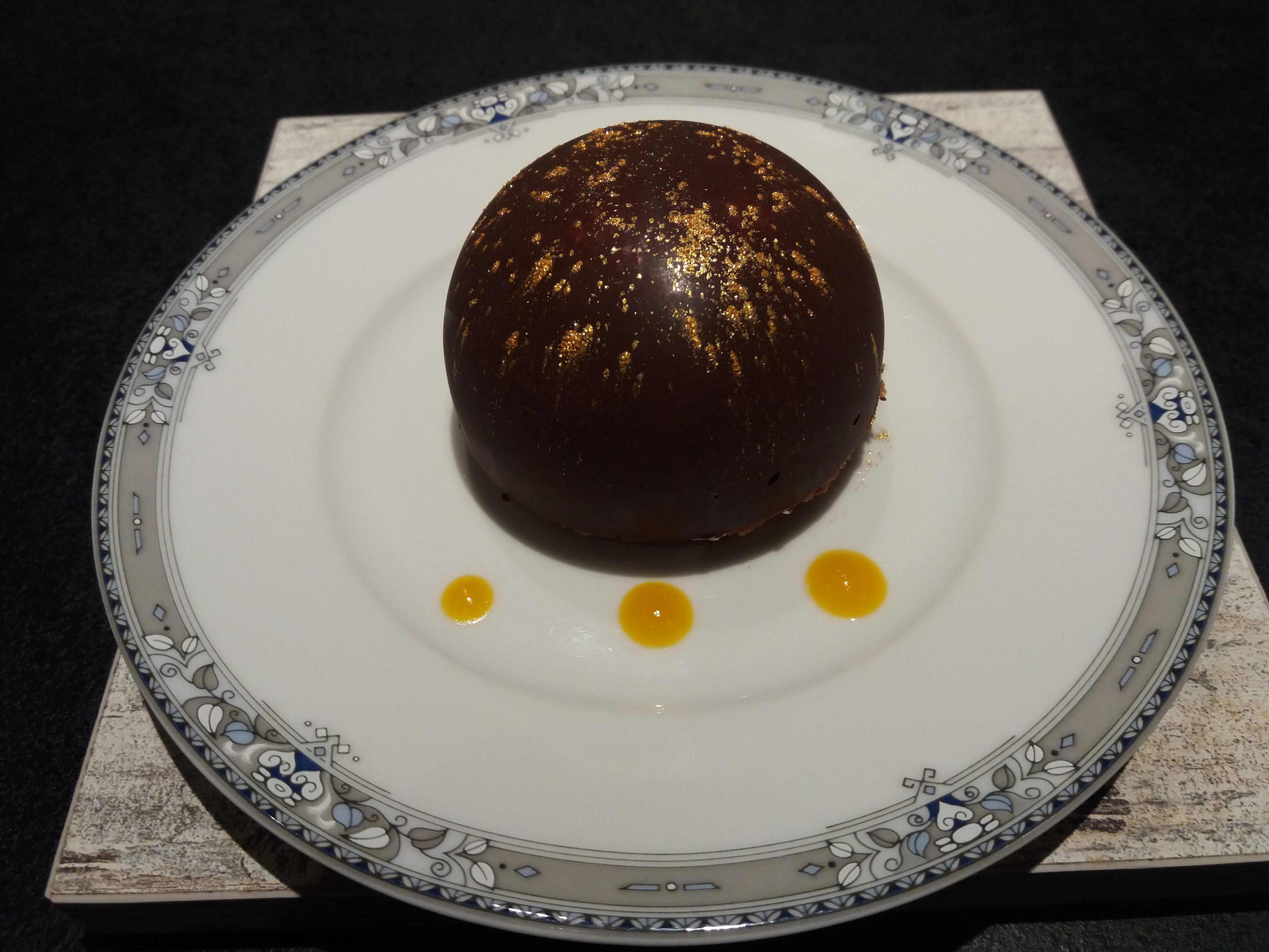 Dessert dôme chocolat mangue